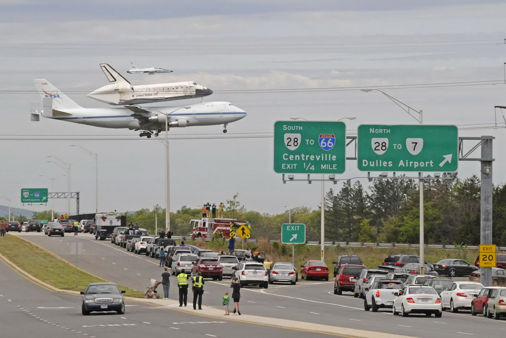space shuttle discovery at dulles airport - photo #6