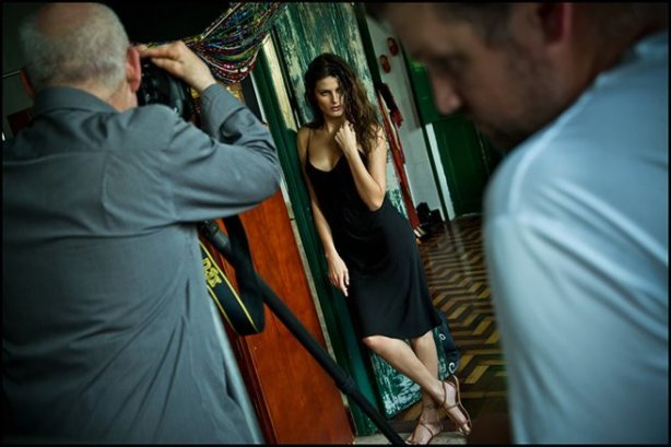 Steve McCurry photographing Isabeli Fontana